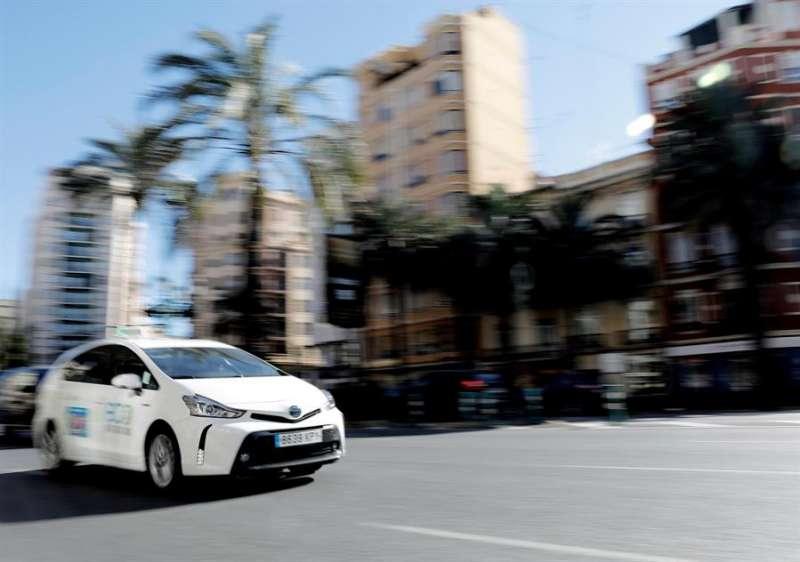 Un taxi, uno de los sectores más afectados por la crisis del coronavirus, circula por las calles de València en una imagen de archivo.EFE/ Jorge Gil
