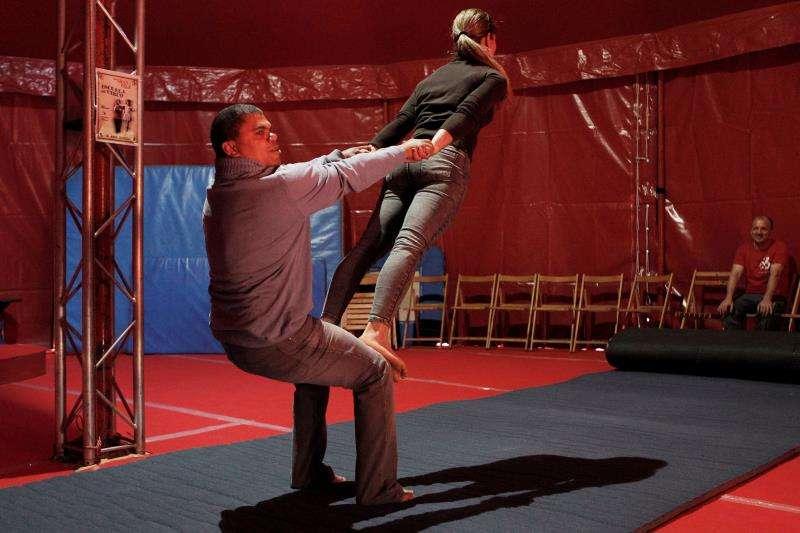 Dos artistas circenses durante la presentación en el Centre del Carme de la Escuela de Circo que el Circo Gran Fele ofrecerá hasta el 28 de abril en su claustro gótico. EFE