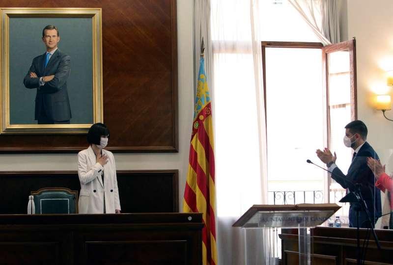 La nueva ministra de Ciencia e Innovación, Diana Morant, se despide de sus compañeros al inicio de las dos sesiones plenarias extraordinarias y urgentes para el relevo de la alcaldía de Gandía. EFE/ Natxo Francés de foto