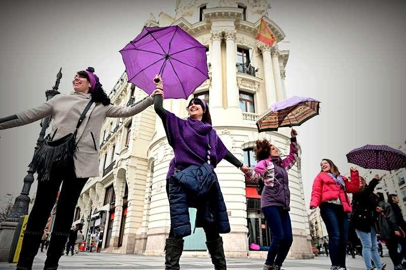Participantes en una cadena feminista. EFE/Archivo