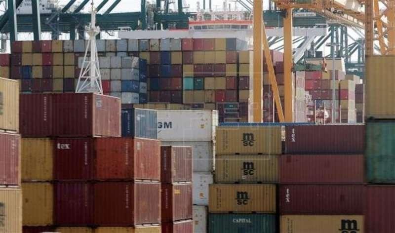 Vista general de los contenedores almacenados en el Puerto de Valencia. EFE