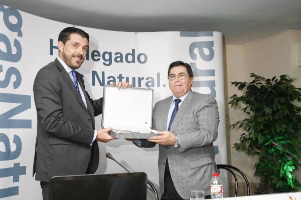 El delegado en Valencia Norte de Gas Natural Cegas entrega la placa al alcalde de Torres Torres. EPDA