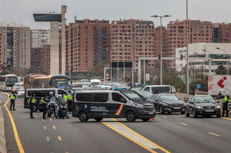 Agentes de la Policia Nacional realizan un control en la salida de Valencia hacia Barcelona. EFE/Biel Aliño/Archivo
