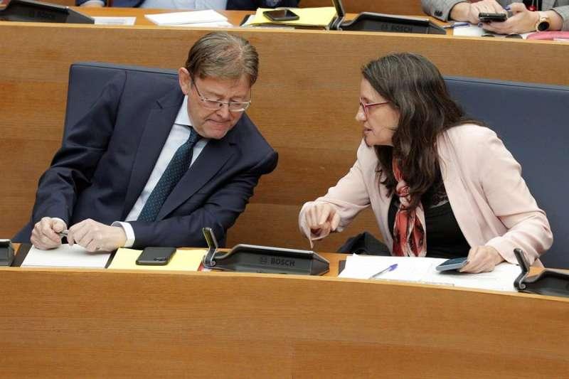 El president de la Generalitat, Ximo Puig, conversa con la vicepresidenta, Mónica Oltra, en Les Corts Valencianes. EFE