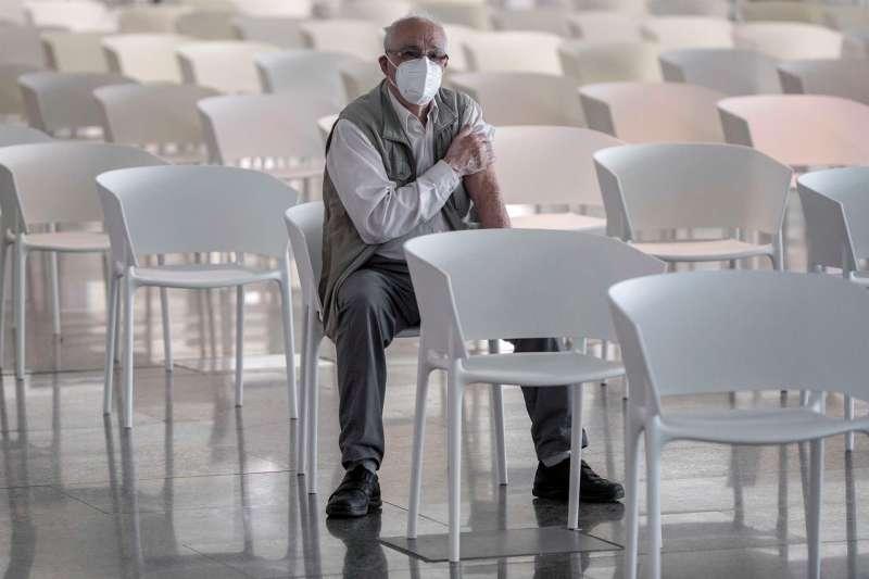 Una persona tras vacunarse contra la covid-19 en la Ciudad de las Artes y las Ciencias de València. EFE