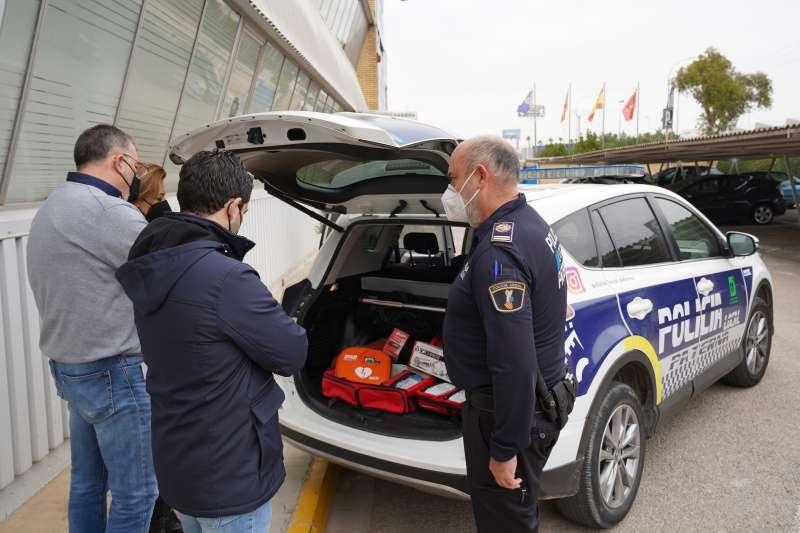 Sagredo junto con Jefe Policia viendo los vehículos. EPDA