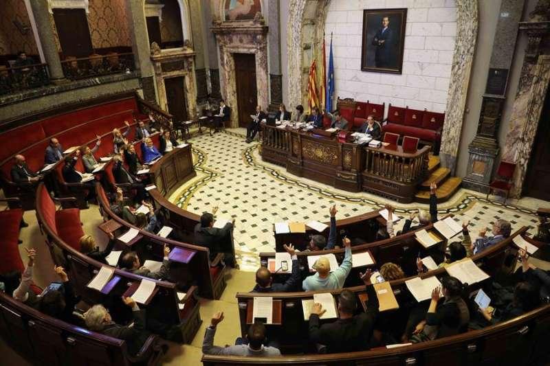 Vista general del salón de plenos del Ayuntamiento de València. EFE