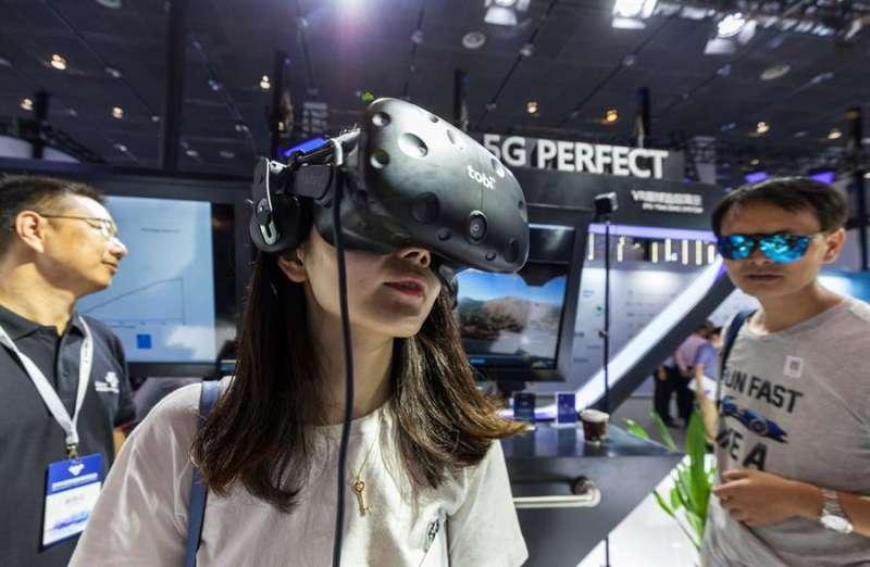 Una mujer prueba unas gafas de realidad virtual equipadas con tecnología 5G. EFE