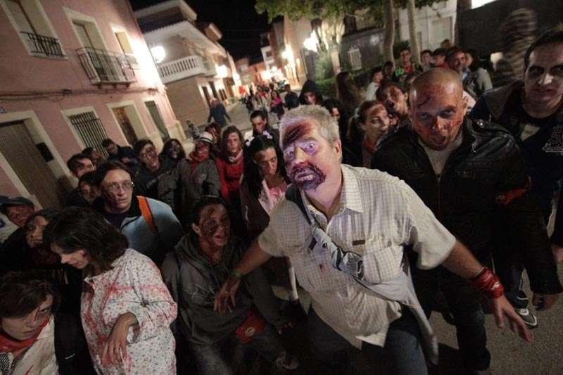 Un grupo de zombies por Chera. FOTO EPDA