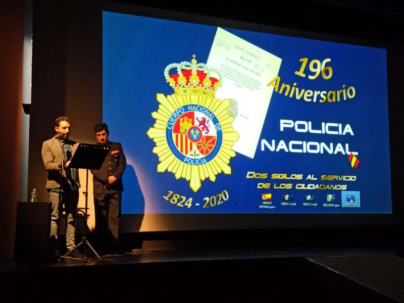 El alcalde de Sagunt, Darío Moreno, junto al jefe de la comisaría de la Policía Nacional de Sagunt, Carlos Peris. EPDA