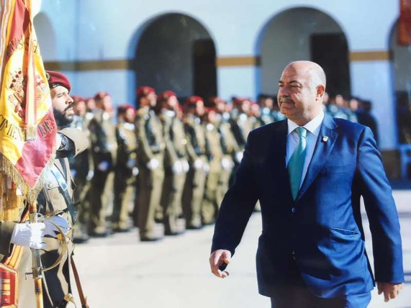 El alcalde de Nàquera desfilando ante la bandera de España. //EPDA