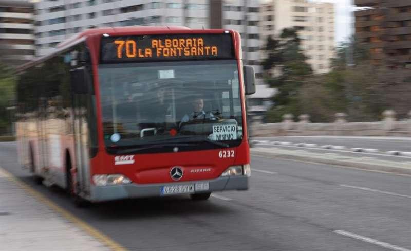 Imagen de archivo de un autobús de la EMT de València.EFE