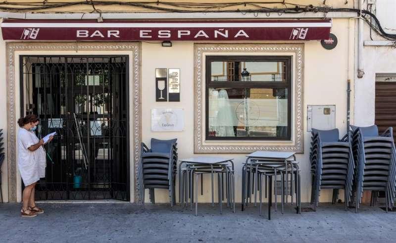 Sillas y mesas de la terraza de un bar cerrado por la alerta sanitaria de covid. EFE