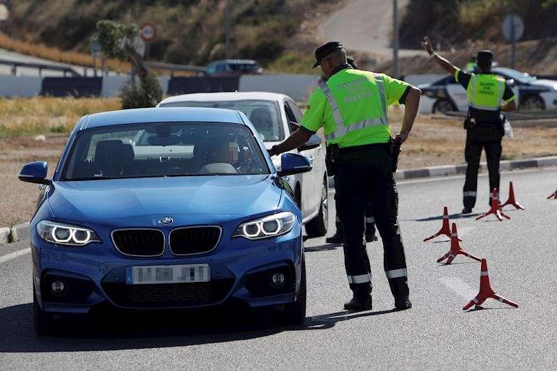 Agentes de la Guardia Civil de Tráfico realizan un control de alcoholemia y drogas.