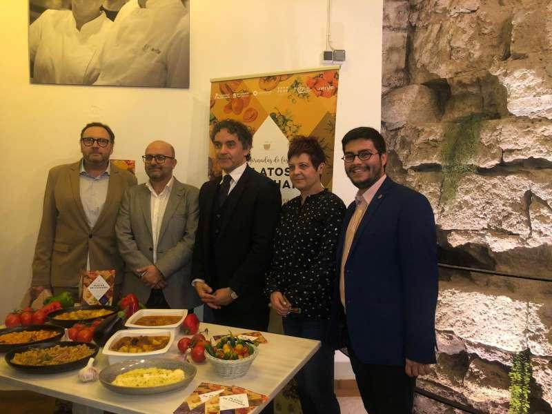 Representantes del Ayuntamiento de Utiel junto al Secretario Autonómico de Turismo, Francesc Colomer