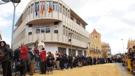 Ya a la llegada a la plaza del Ayuntamiento, el sacerdote Vicent Torres, fue el encargado de bendecir, en un primer lugar, los animales domésticos. Foto: EPDA.