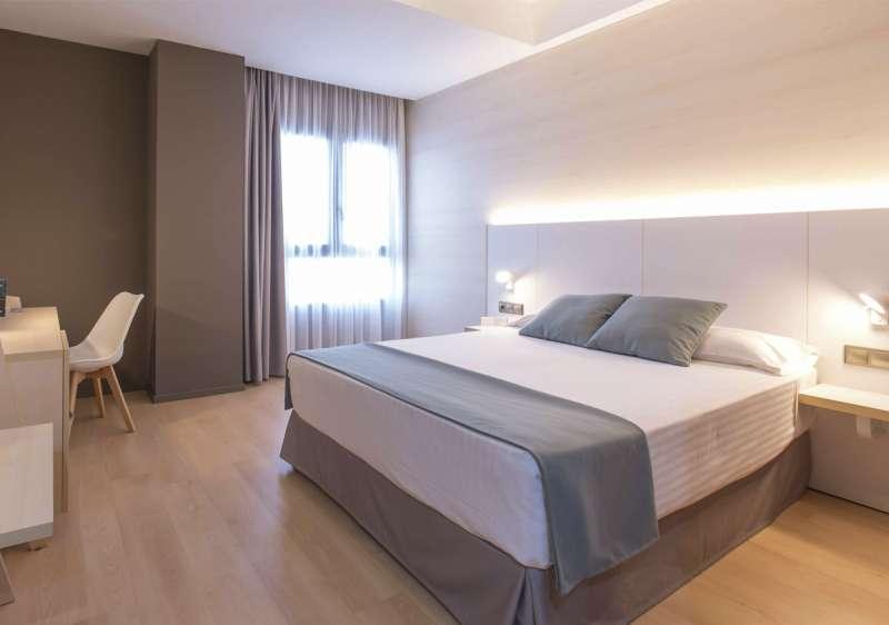 Nuevo mobiliario y equipamiento tecnológico en las habitación del hotel Olympia. EPDA