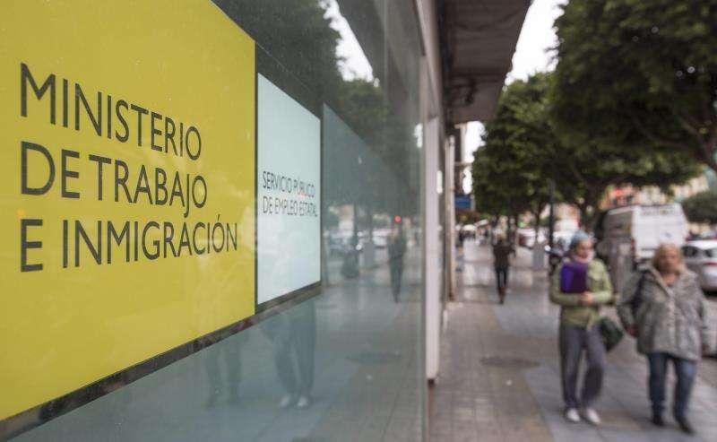 Dos mujeres salen de una oficina del servicio valenciano de empleo. EFE/Archivo