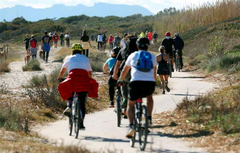 Imagen de archivo de una senda de la playa de El Saler (Valencia). EFE