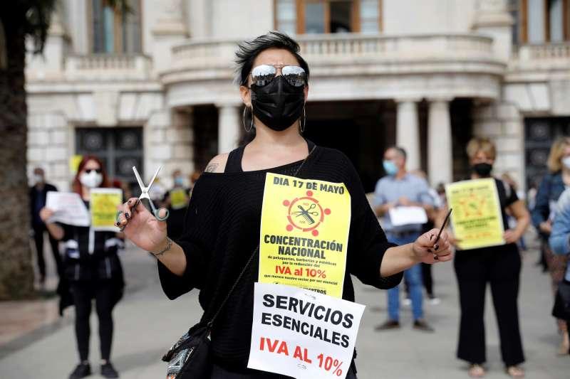 Una peluquera participa en la cuarta jornada de protesta de la imagen personal para recuperar el IVA reducido