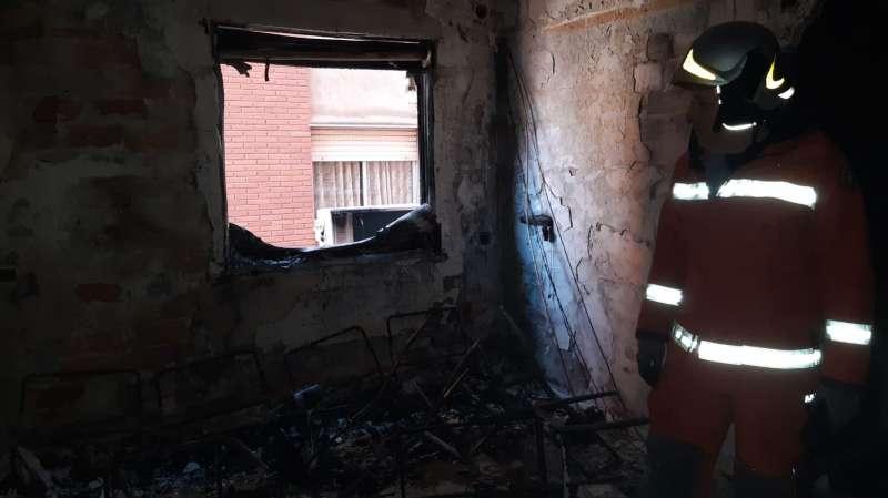 Interior de la vivienda quemada esta mañana en Sagunt. EPDA