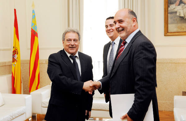El alcalde de Albalat dels Tarongers estrecha la mano al presidente de la Diputación. EPDA