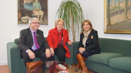 La Diputada provincial Amparo Mora con los máximos representantes de la FECA.