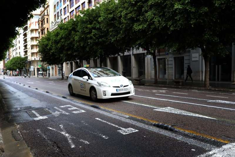 Un taxi recorre una calle de València. EFE/Ana Escobar/Archivo