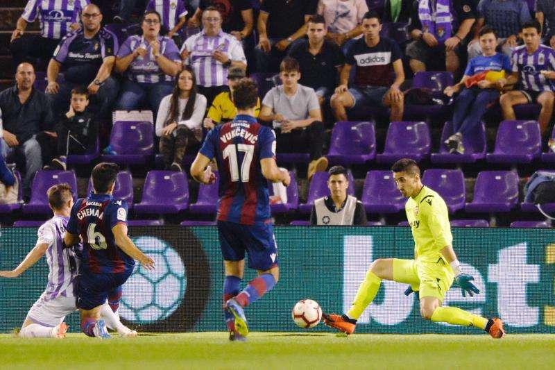 El portero del Levante UD Oier Olazábal (d) detiene el balón ante los jugadores del Real Valladolid. EFE/Archivo