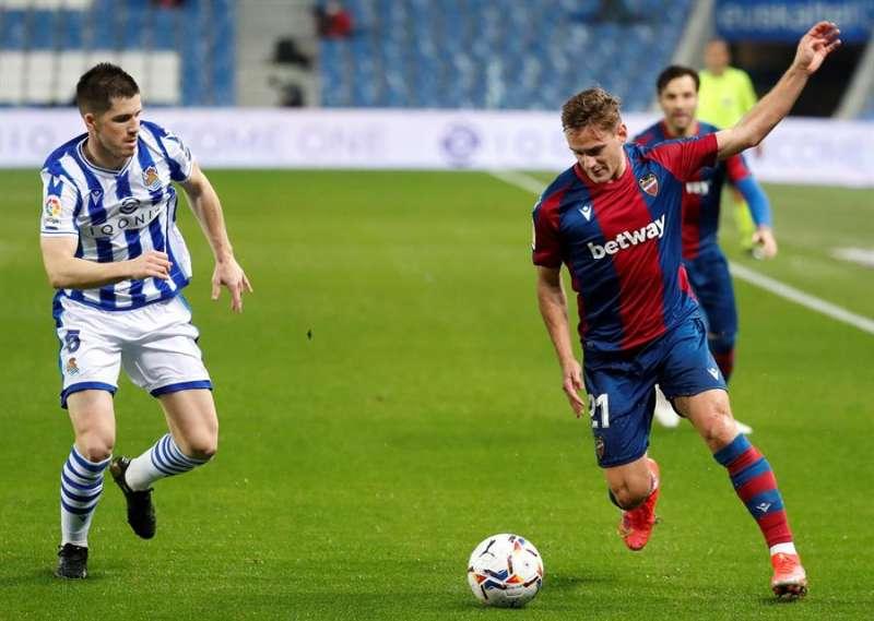 El delantero del Levante, Dani Gómez (d), con el balón ante el defensa de la Real Sociedad, Igor Zubeldia, durante el encuentro correspondiente a la jornada 26 de primera división que disputaron en el Reale Arena de San Sebastián. EFE/Juan Herrero.