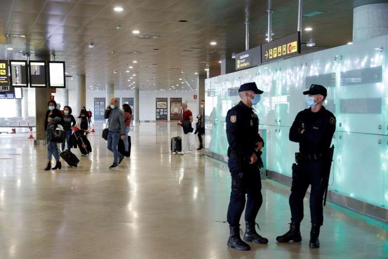 Dos agentes de la Policia Nacional en el aeropuerto de València. EFE