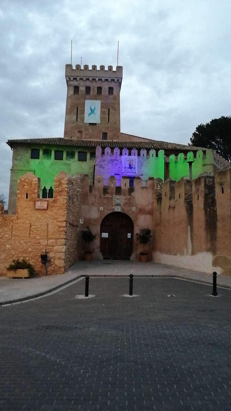 El Castillo iluminado con los colores que utilizan los sanitarios en honor al trabajo que están desempeñando. / EPDA