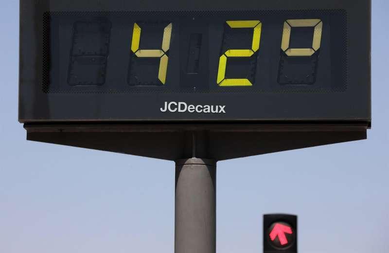 Un termómetro urbano que marca 42 grados. EFE/Archivo Ana Escobar