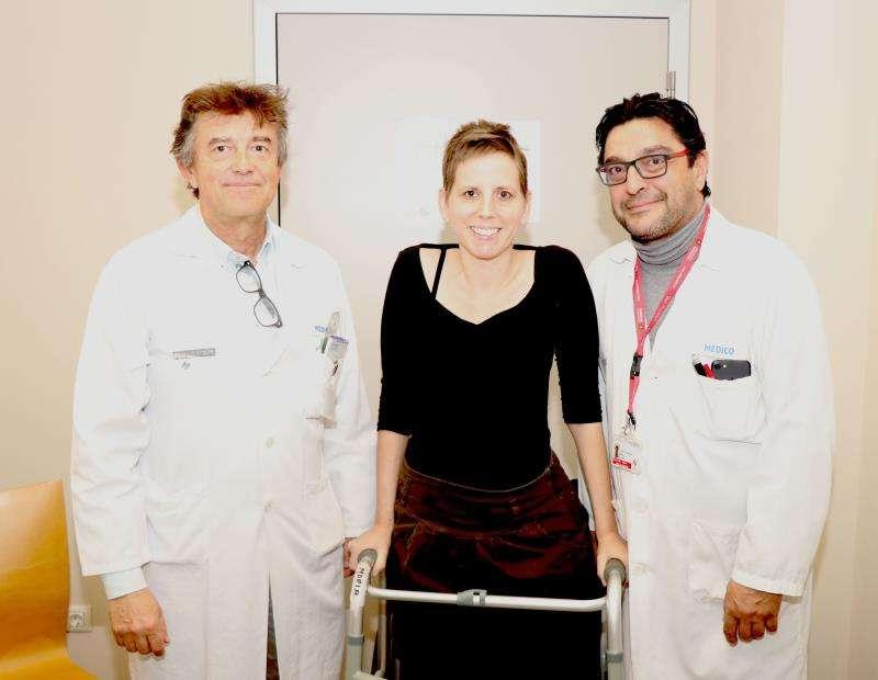 Una imagen de la paciente con los doctores de la Fe, en una imagen facilitada por la Generalitat. EFE
