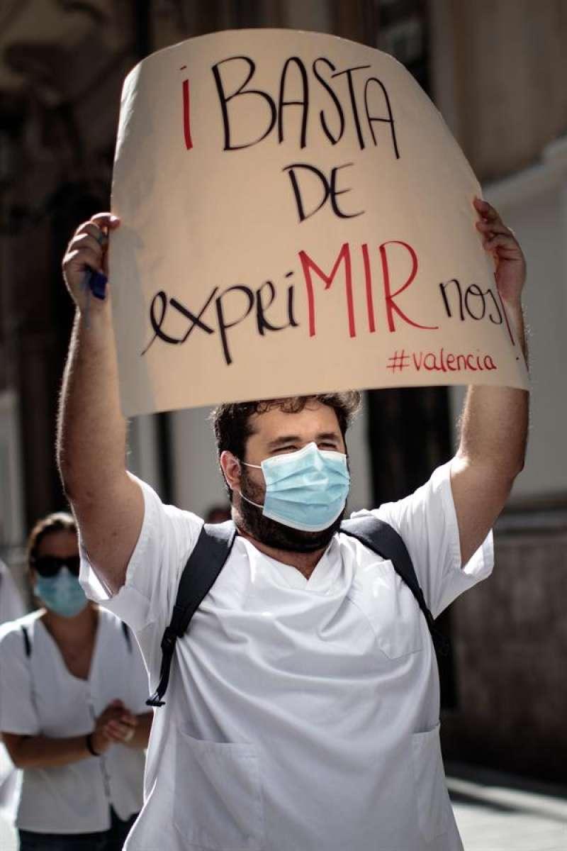 Médicos Interno Residentes (MIR) durante una jornada de protestas en la ciudad de València. EFE/Biel Aliño