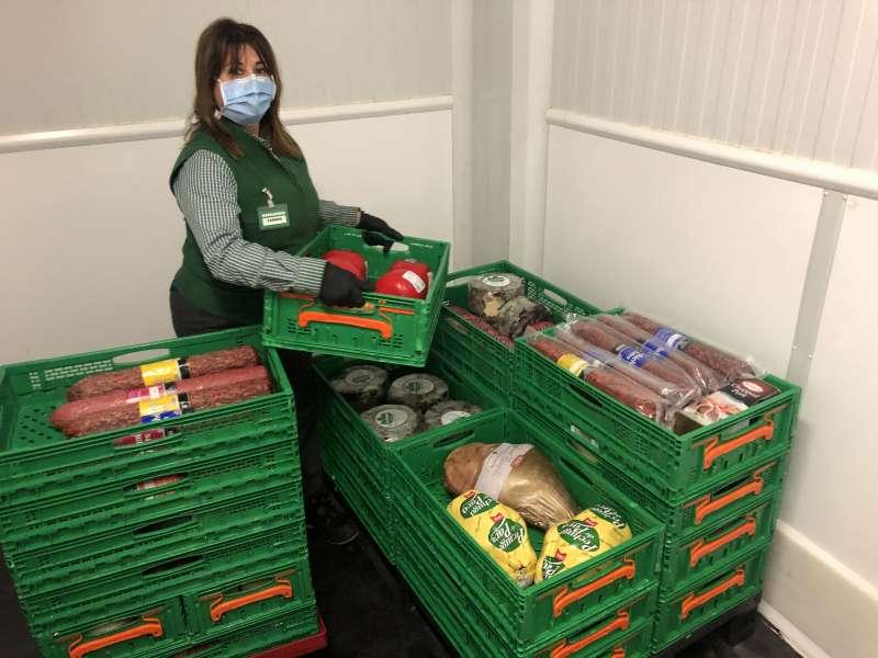 Trabajadora de un supermercado de Mercadona preparando la donación de alimentos. EPDA