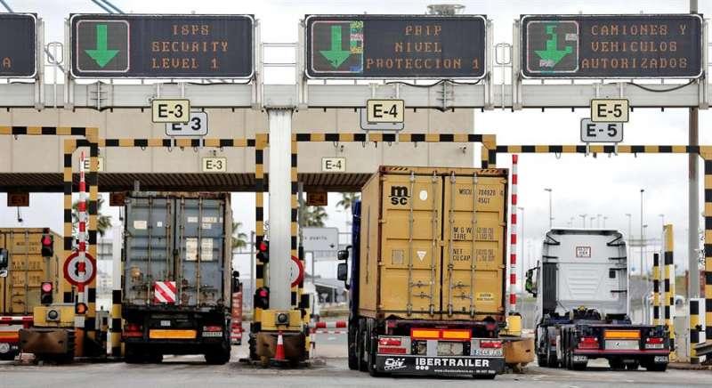 Imagen de archivo de camiones entrando en el puerto de Valencia para la carga y descarga de contenedores. EFE