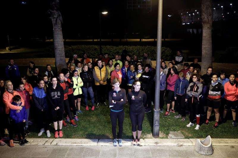 Minuto de silencio que un centenar de corredoras, convocadas por el movimiento