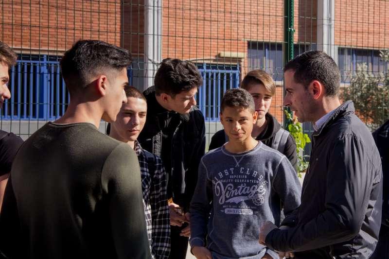 Imagen del alcalde charlando con los jóvenes
