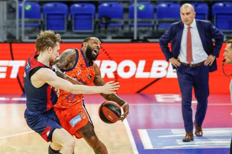 El alero estonio del TD Systems Baskonia Sander Raieste (izda), y el alero estadounidense del Valencia Basket Derrick Williams, en una jugada. EFE/Archivo