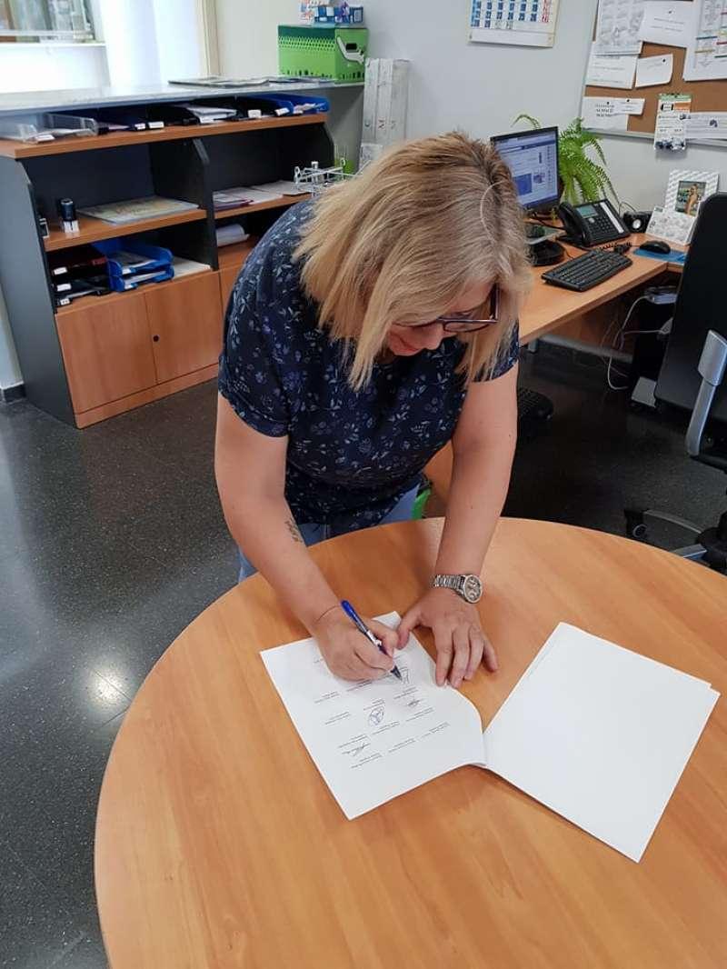 María Amor Uviedo firmando el documento. EPDA