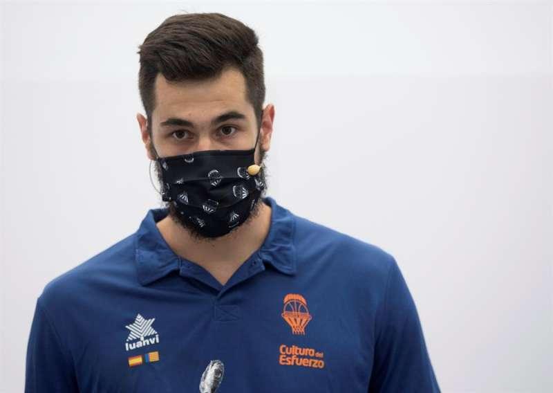 El Valencia Basket ha presentado al alero serbio, Nikola Kalinic, como nuevo jugador del club. EFE/Miguel Ángel Polo