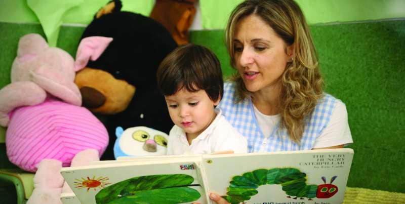Una docente con un niño durante las actividades. EPDA