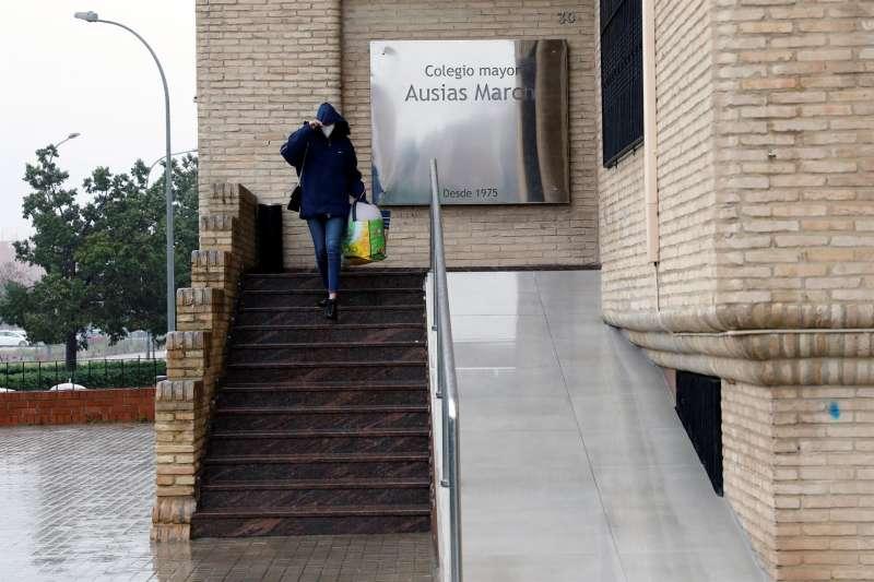 Una persona sale del colegio mayor Ausiàs March de Valencia
