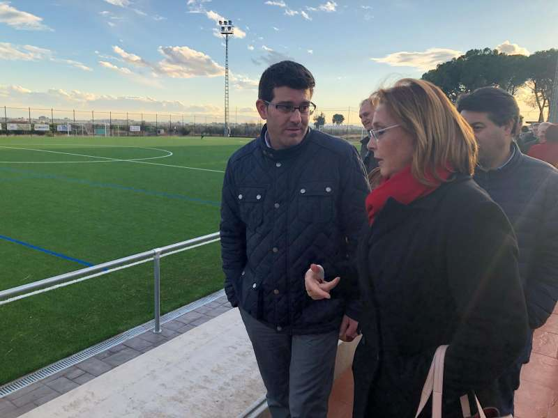 El president de la Diputació i la alcaldesa de Marines visiten el nou camp de fútbol de gespa artificial. EPDA