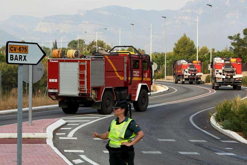 Varios camiones de bomberos dirigiéndose a un incendio. EFE/Archivo