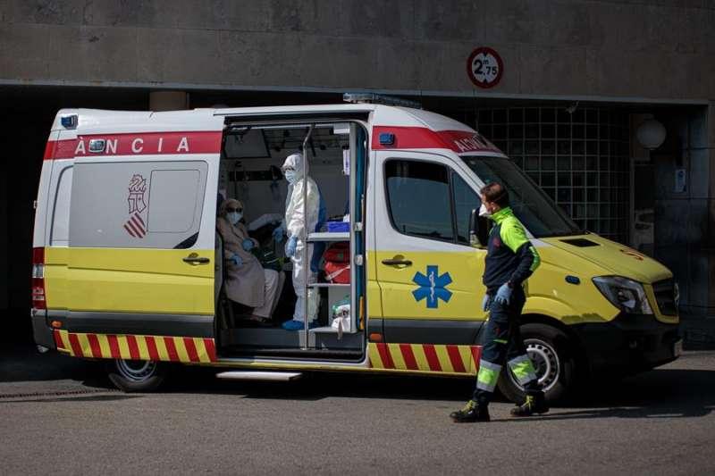 Imagen de archivo de una ambulancia. EFE
