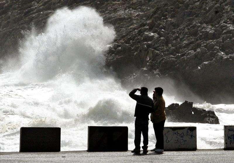 Una pareja observa el mar en Les Rotes, en Dénia (Alicante). EFE/Archivo