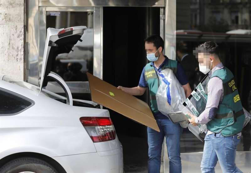 Miembros de la UCO se llevan material de la vivienda del exvicealcalde de València Alfonso Grau, el pasado jueves en el marco del caso Azud. EFE