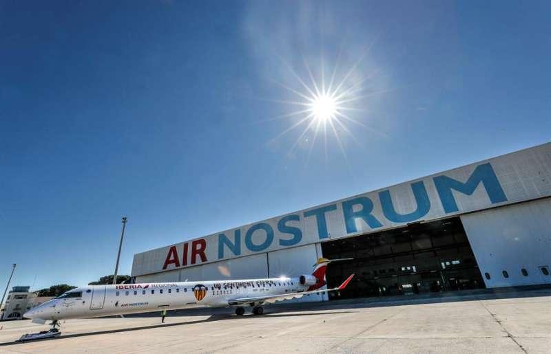 Imagen de archivo de una aeronave de la compañía valenciana Air Nostrum. EFE/Manuel Bruque